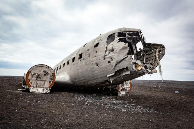 Bruchlandung auf Island: Flugzeugwrack im Lavasand